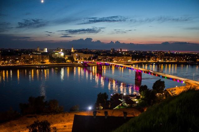 nočná fotografia v meste