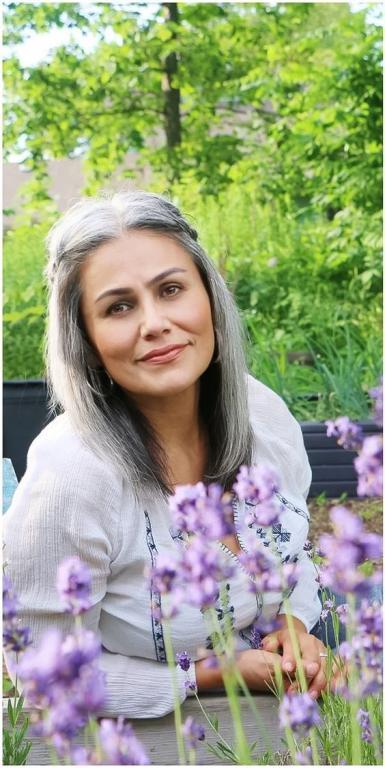 V akom veku si žena môže dovoliť mať sivé vlasy  9caca432784