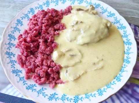 Cviklové halušky s kuracinou na smotane a hubami - recept postup 1