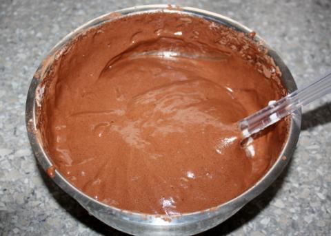 Čokoládová roláda s tvarohom a  čučoriedkami - recept postup 2