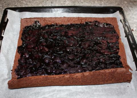 Čokoládová roláda s tvarohom a  čučoriedkami - recept postup 9
