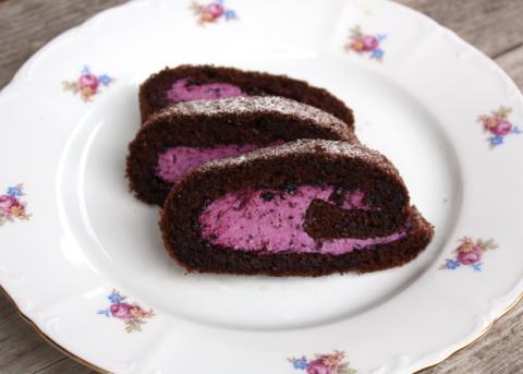 Čokoládová roláda s tvarohom a  čučoriedkami - recept postup 12