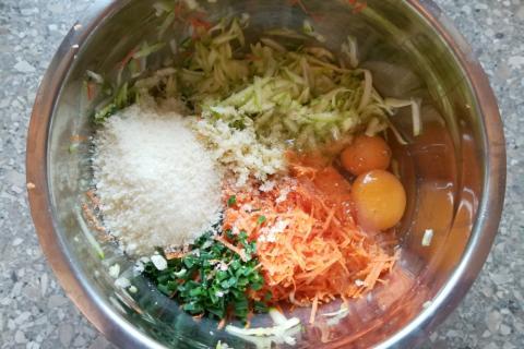 Pečené cuketovo - mrkvové placky - recept postup 2