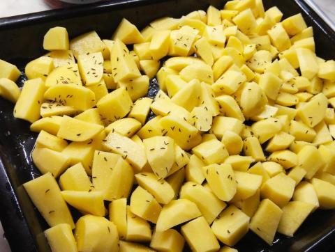 Pečené zajačie stehná so zemiakmi z jedného pekáča - recept postup 1