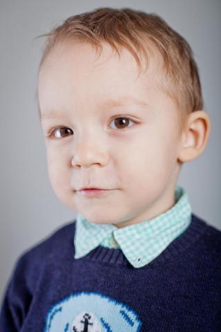 detský portrét v interiéri