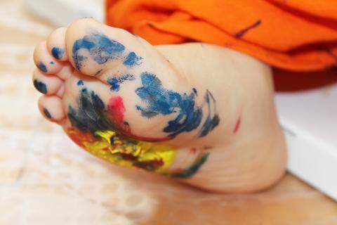 pomaľovaná detská noha