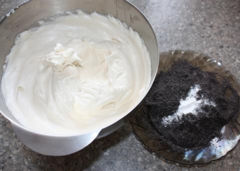 Maková roláda so žĺtkovým krémom a černicami - recept postup 1