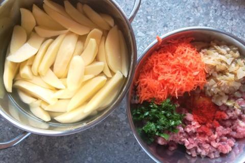 Mäsové guličky pečené spolu so zemiakmi - recept postup 1