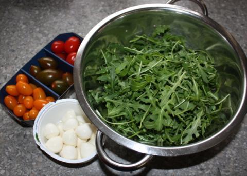 Paradajkový šalát s rukolou a mozzarellou - recept postup 1