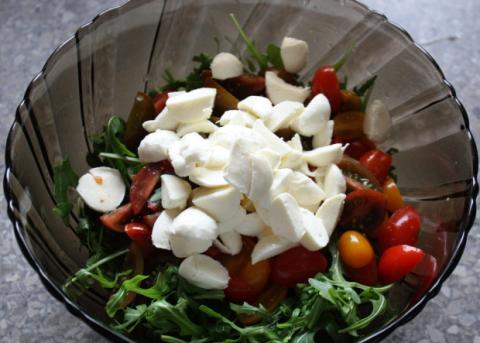 Paradajkový šalát s rukolou a mozzarellou - recept postup 3