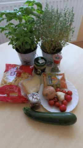 Cukinovo-paradajkové farfalle s olivami - recept postup 1