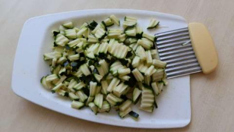 Cukinovo-paradajkové farfalle s olivami - recept postup 3
