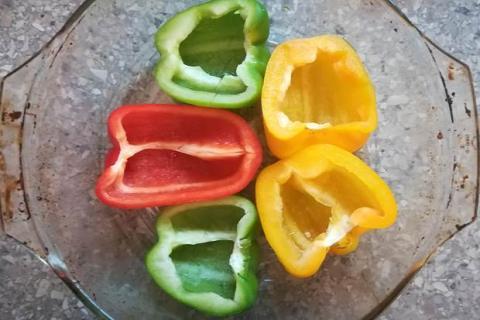 Paprika plnená zeleninou a syrom halloumi zapečená v rúre - recept postup 1