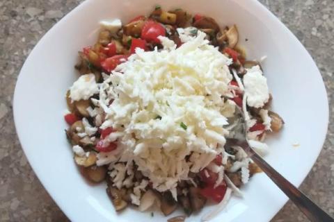 Paprika plnená zeleninou a syrom halloumi zapečená v rúre - recept postup 4