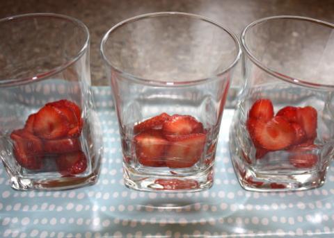 Smotanový pohár s jahodami - recept postup 5
