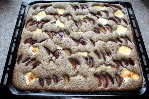 Slivkový koláč s makom a tvarohom - recept postup 7