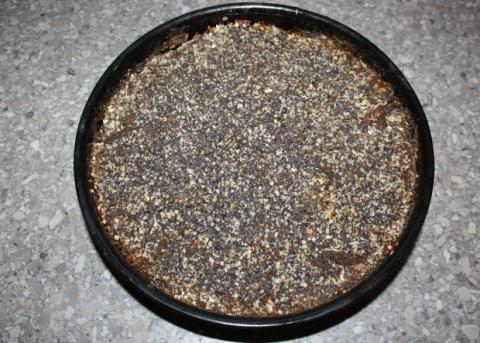 Sypaný makovo - orechový koláč s jablkami - recept postup 7