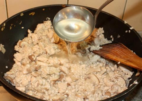 Rizoto s kuracím mäsom, šampiňónmi a špenátom - recept postup 6