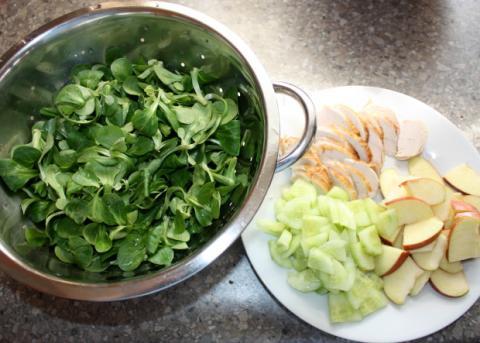 Poľný šalát s kuracím mäsom a jablkami - recept postup 1