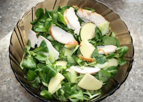 Poľný šalát s kuracím mäsom a jablkami - recept postup 2