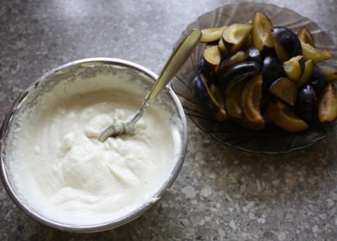 Slivkový koláč s tvarohom - recept postup 3
