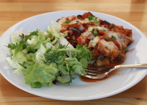 Zapečený baklažán s cukinou v paradajkovej omáčke - recept postup 10