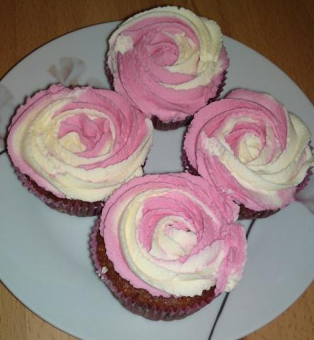 Jahodové cupcakes s krémom z bielej čokolády♫ - recept