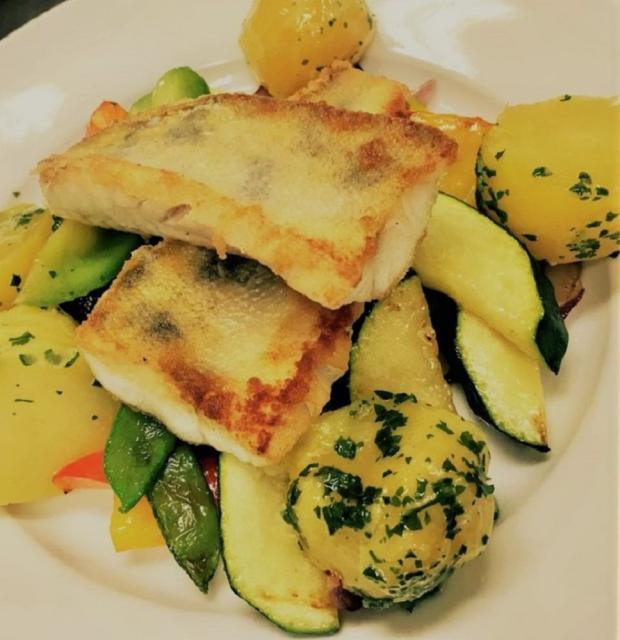 Zubáč na masle s restovanou zeleninou - recept