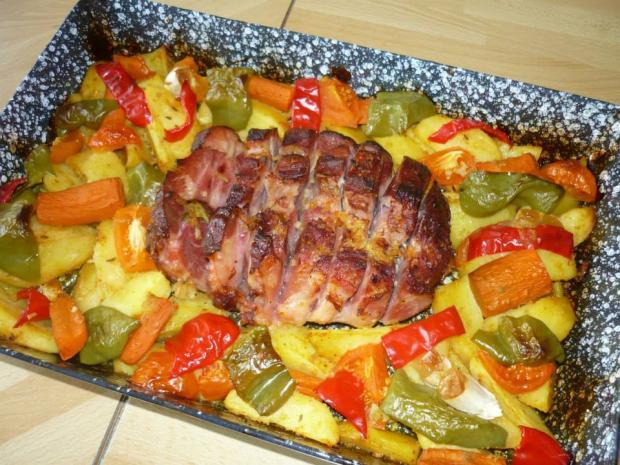 Fazuľová polievka, pečené údené koleno a zemiaky na jednom pekáči. - recept
