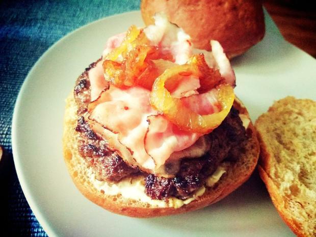 Hovädzí hamburger s karamelizovanou cibuľou - recept