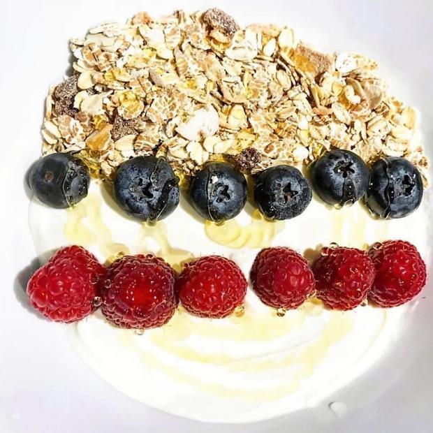 Jogurt s granolou a ovocím - recept