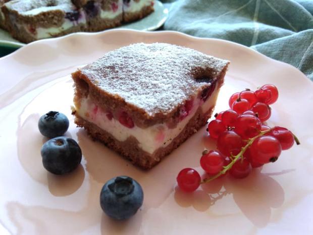 Kefírový koláč s tvarohom a drobným ovocím - recept