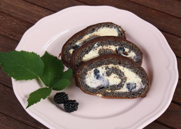 Maková roláda so žĺtkovým krémom a černicami - recept