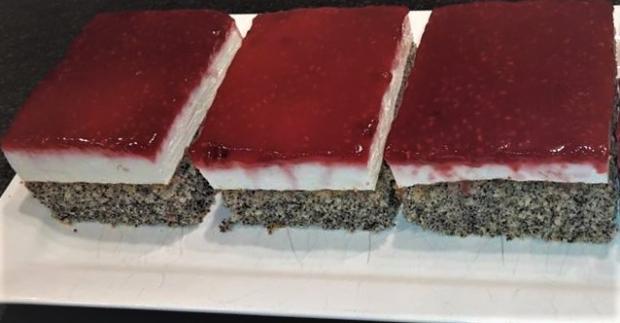 Makový koláč so smotanovou náplňou a malinovým želé