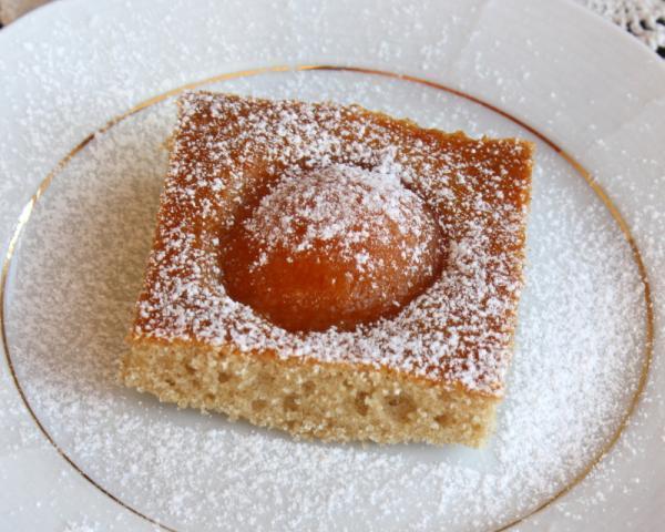 Jogurtový koláč s marhuľami (broskyňami) - recept