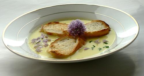 Porová polievka s pažítkovými kvetmi - recept
