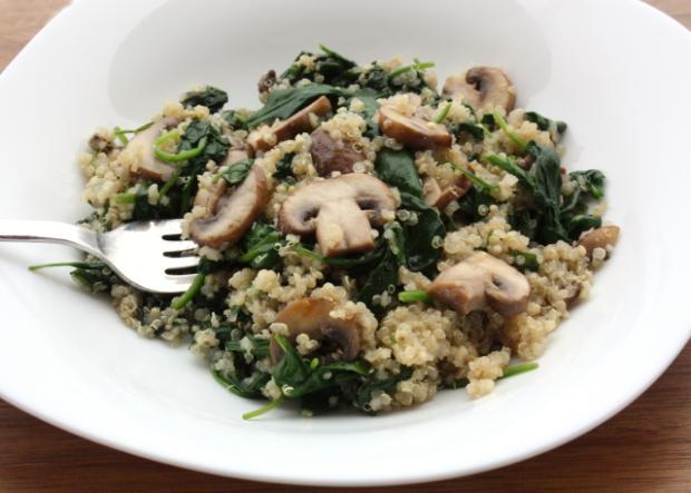 Quinoa šalát so šampiňónmi a špenátom - recept