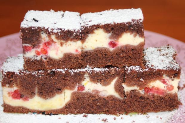 Kakaovo-tvarohový hrnčekový koláč s ríbezľami