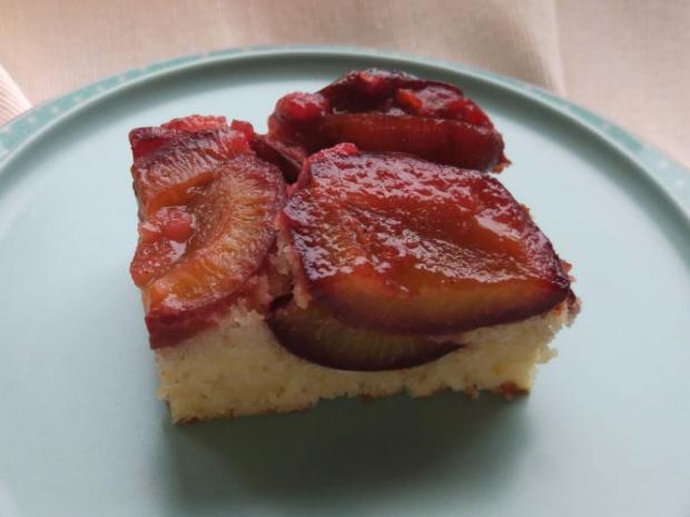Obrátený slivkový koláč v hrnčekovej verzii - recept