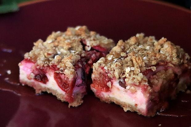 Zdravý slivkový koláč s posýpkou, recept