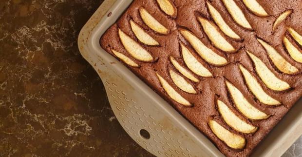 Hruškový koláč s čokoládou a lieskovcami - recept