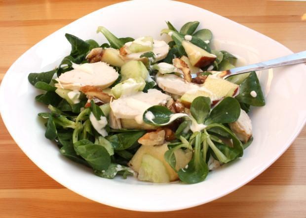 Poľný šalát s kuracím mäsom a jablkami - recept