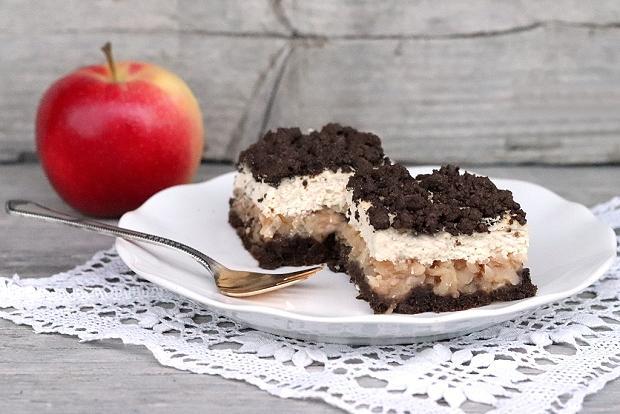 Babkin strúhaný kakaovo - tvarohový koláč s jablkami - recept