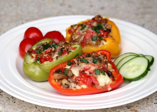 Paprika plnená zeleninou a syrom halloumi zapečená v rúre - recept