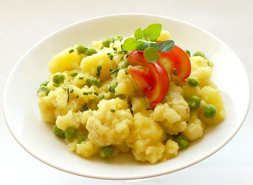 Dusené zemiaky s karfiolom a hráškom - recept